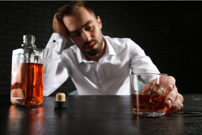 Мужчина страдает от алкоголизма